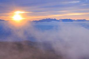 夕日と夕霧と穂高連峰と槍ヶ岳の写真素材 [FYI01514258]