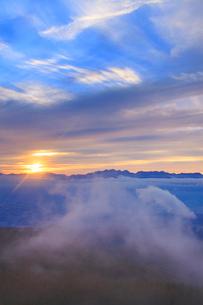 夕日と夕霧と穂高連峰と槍ヶ岳の写真素材 [FYI01514267]