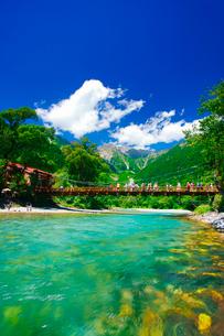 梓川の清流と河童橋と穂高連峰の写真素材 [FYI01514291]
