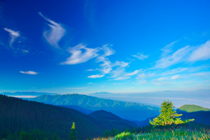 乗鞍岳と御嶽山と中央アルプスと南アルプスの山並みとすじ雲の写真素材 [FYI01514311]
