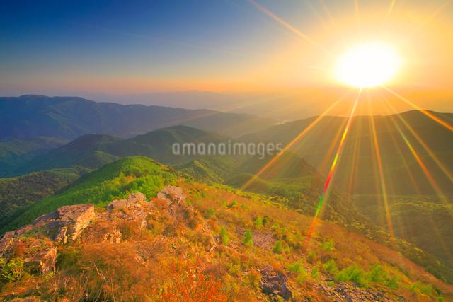 王ヶ鼻から望む乗鞍岳方向の山並みと夕日の写真素材 [FYI01514314]