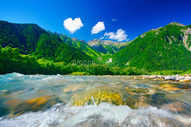 梓川の清流と穂高連峰とハート型の雲の写真素材 [FYI01514317]