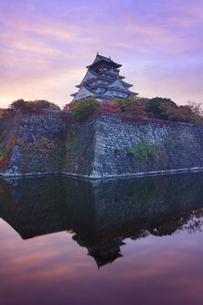 朝焼けの大阪城と内濠の写真素材 [FYI01514376]