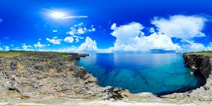 万座毛から望む西北西方向を中心とした海のパノラマの写真素材 [FYI01514385]