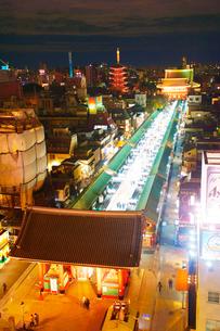 雷門と仲見世と浅草寺の夜景の写真素材 [FYI01514398]