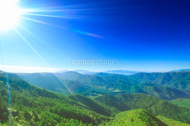 富士山と八ヶ岳と南アルプスの山並みと太陽の光芒の写真素材 [FYI01514399]