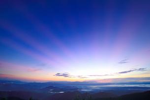 浅間山などの山並みと夜明けの光芒の写真素材 [FYI01514485]