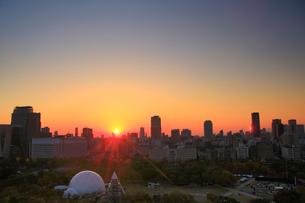 大阪城天守閣から望む西方向のビル群と夕日の写真素材 [FYI01514504]