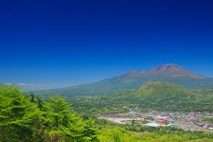 矢ヶ崎山から望む浅間山と軽井沢市街の写真素材 [FYI01514552]