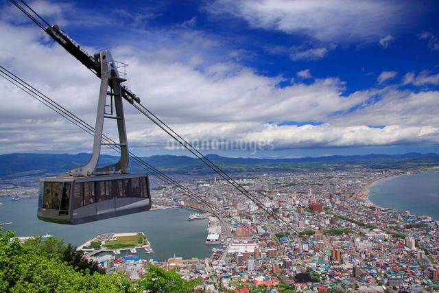 函館山から望む函館市街と函館山ロープウェイの写真素材 [FYI01514575]