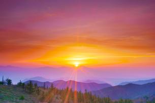 思い出の丘から望む浅間山と朝日の写真素材 [FYI01514579]