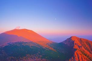 黒斑山から望む夕日に染まる秋の浅間山と剣ヶ峰と月の写真素材 [FYI01514601]