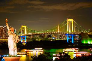 虹色のレインボーブリッジと東京タワーと自由の女神像の写真素材 [FYI01514628]