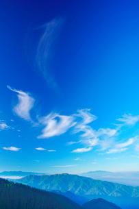 中央アルプスと南アルプスの山並みとすじ雲の写真素材 [FYI01514636]