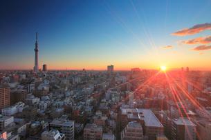 朝日と東京スカイツリーと錦糸町方向の街並の写真素材 [FYI01514687]