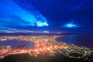 函館山から望む黎明の函館市街の写真素材 [FYI01514758]