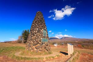 シュナイダー記念塔と四阿山と根子岳とわた雲の写真素材 [FYI01514772]