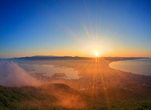 函館山から望む黎明の函館市街と朝霧の写真素材 [FYI01514799]