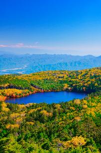 高見石から望む紅葉の白駒池と荒船山方向の山並みの写真素材 [FYI01514804]