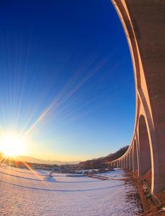 上田ローマン橋と雪原と夕日,魚眼レンズの写真素材 [FYI01514834]