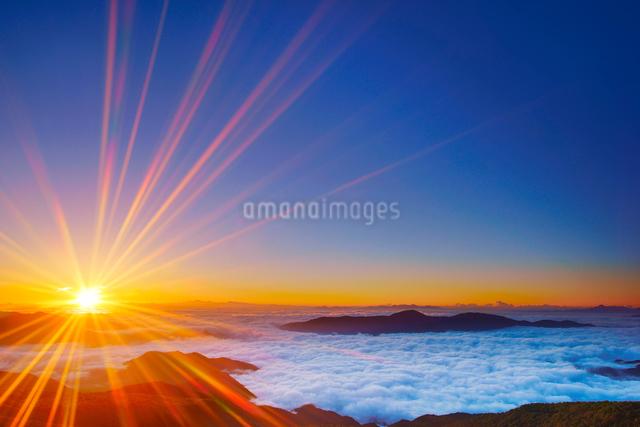 八ケ岳などの山並みと雲海と朝日の写真素材 [FYI01514851]