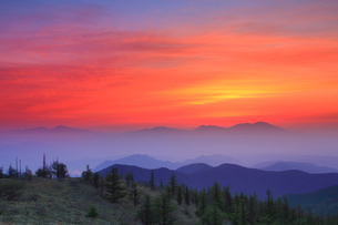 思い出の丘から望む浅間山と朝焼けの写真素材 [FYI01514884]
