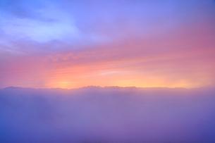 夕霧越しの穂高連峰と夕焼け雲の写真素材 [FYI01514890]