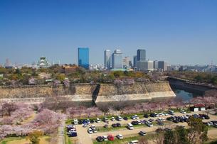 桜咲く大阪城と大阪ビジネスパークのビル群の写真素材 [FYI01514914]