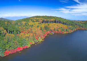 紅葉の白駒池と浅間山遠望の写真素材 [FYI01514926]