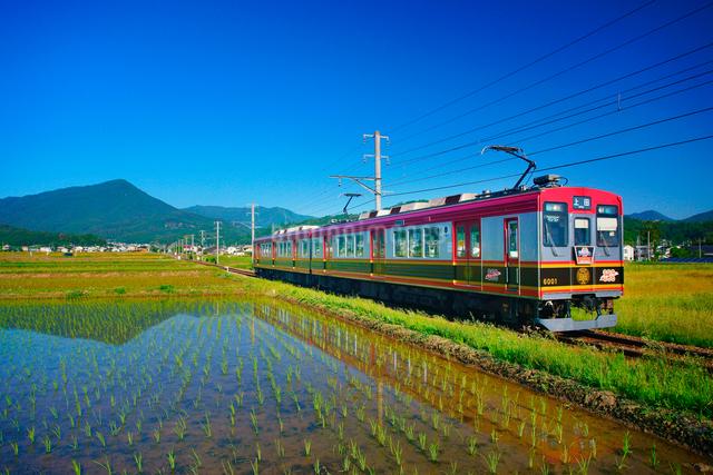 さなだどりーむ号と田園と夫神岳の写真素材 [FYI01514948]