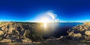 万座毛から望む西方向を中心とした海のパノラマと夕日の写真素材 [FYI01515099]