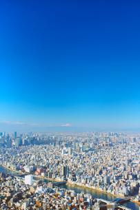 東京スカイツリー展望デッキから望む都心のビル群と富士山遠望の写真素材 [FYI01515100]