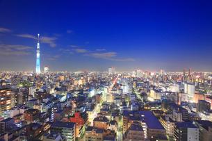 東京スカイツリーのライトアップと錦糸町方向の街並の写真素材 [FYI01515150]