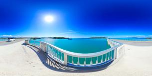 古宇利大橋から望む古宇利島とフェリーいへやの写真素材 [FYI01515161]