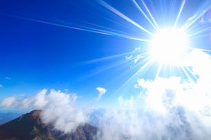 雲湧き立つ剣ヶ峰と太陽の写真素材 [FYI01515186]