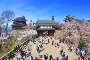 桜と上田城と観光客の写真素材 [FYI01515193]