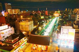 雷門と仲見世と浅草寺の夜景の写真素材 [FYI01515218]