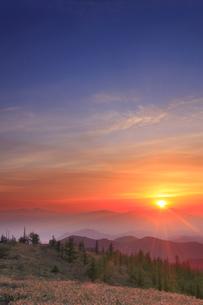 思い出の丘から望む浅間山と朝日の写真素材 [FYI01515255]