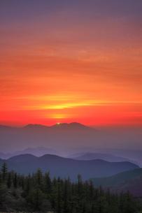 思い出の丘から望む浅間山と朝日のグリーンフラッシュの写真素材 [FYI01515258]