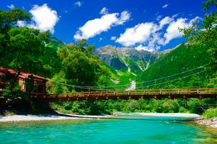 梓川の清流と河童橋と穂高連峰の写真素材 [FYI01515279]