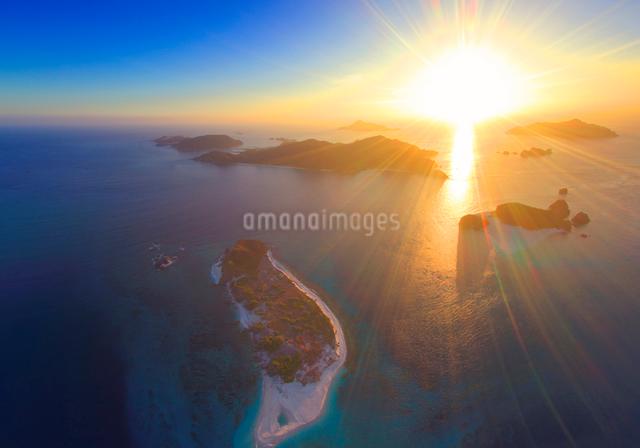 安慶名敷島と嘉比島と阿嘉島と夕日の写真素材 [FYI01515283]