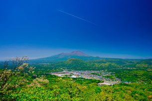 矢ヶ崎山から望む浅間山と軽井沢市街と飛行機雲の写真素材 [FYI01515315]