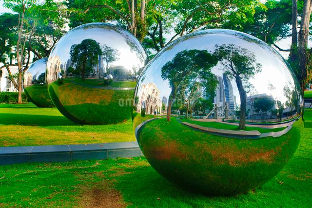 アジア文明博物館の芝生広場のステンレス球の写真素材 [FYI01515329]