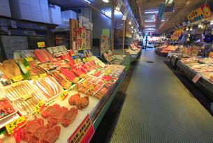 新鮮な魚介類並ぶ函館朝市えきに市場の写真素材 [FYI01515401]