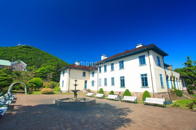 函館市旧イギリス領事館と函館山遠望の写真素材 [FYI01515414]