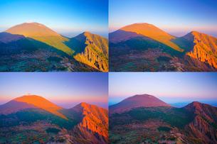 黒斑山から望む夕日に染まり行く秋の浅間山と剣ヶ峰と月の写真素材 [FYI01515511]