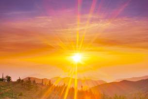 思い出の丘から望む浅間山方向の山並みと朝日の光芒の写真素材 [FYI01515581]