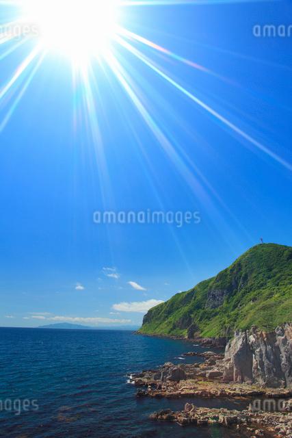 立待岬から望む西方向の海岸と太陽の光芒の写真素材 [FYI01515611]