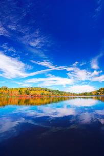 紅葉の水鏡の白駒池と秋空の写真素材 [FYI01515648]