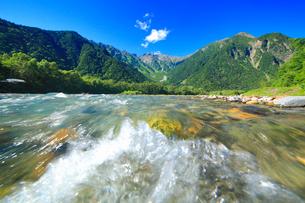 梓川の清流と穂高連峰の写真素材 [FYI01515662]